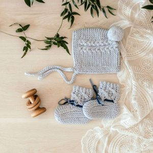 Woollen bonnet and booties in blue colour